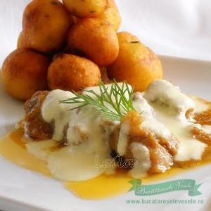 tocanita-de-porc-cu-sos-de-cascaval-si-bilute-de-cartofi-prajiti-ir
