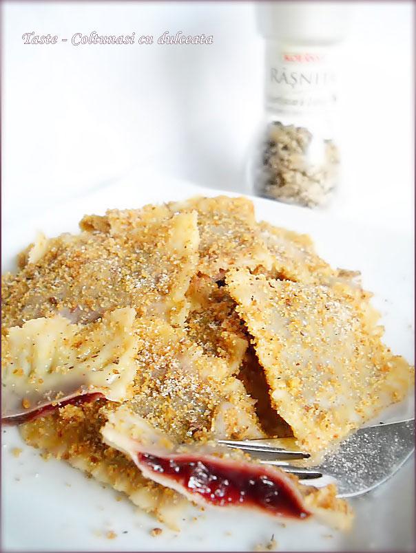 Coltunasi cu dulceata de prune