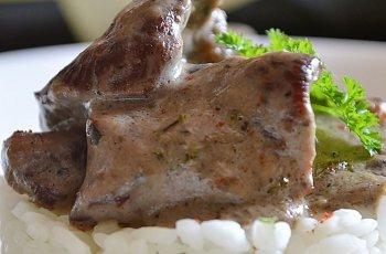 Pulpa de caprioara cu ciuperci si smantana