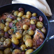 Pulpe de pui cu cartofi noi si carnati