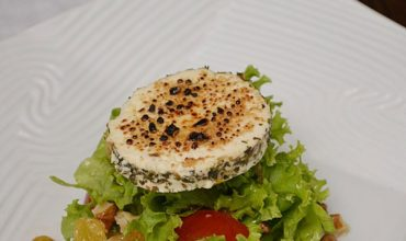 Salata cu nuci, stafide si branza de capra