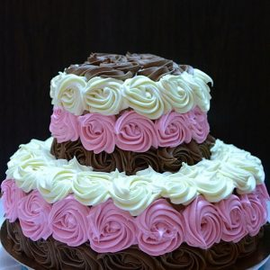 Tort cu trandafiri din crema de ciocolata
