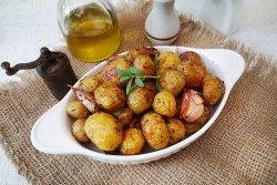 cartofi noi la cuptor cu rozmarin si usturoi