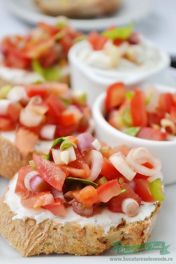 Sandvis cu crema de branza si salsa de rosii