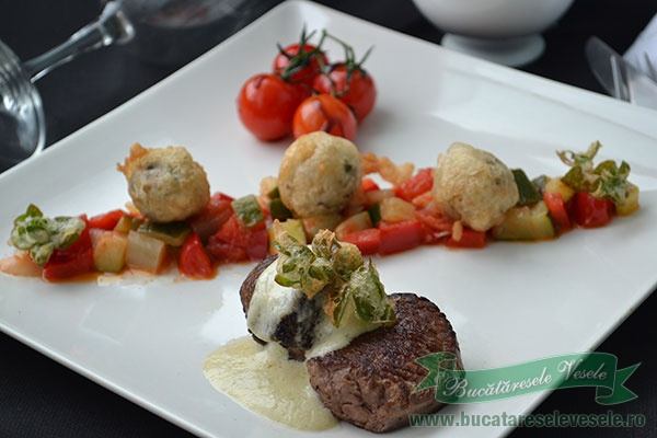 Medalioane de vita cu sos de gorgonzola, legume si risotto tempura