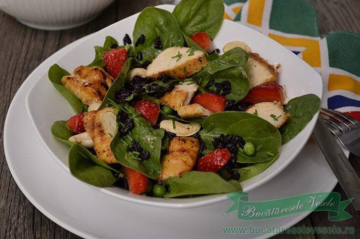 Salata din Orez Negru cu Spanac si Piept de Pui