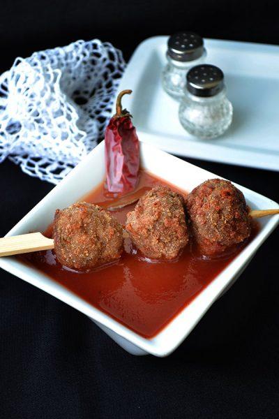 Chiftelute cu cascaval si sos picant de rosii