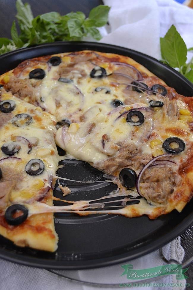 pizza-cu-ton-si-mozzarella-felie