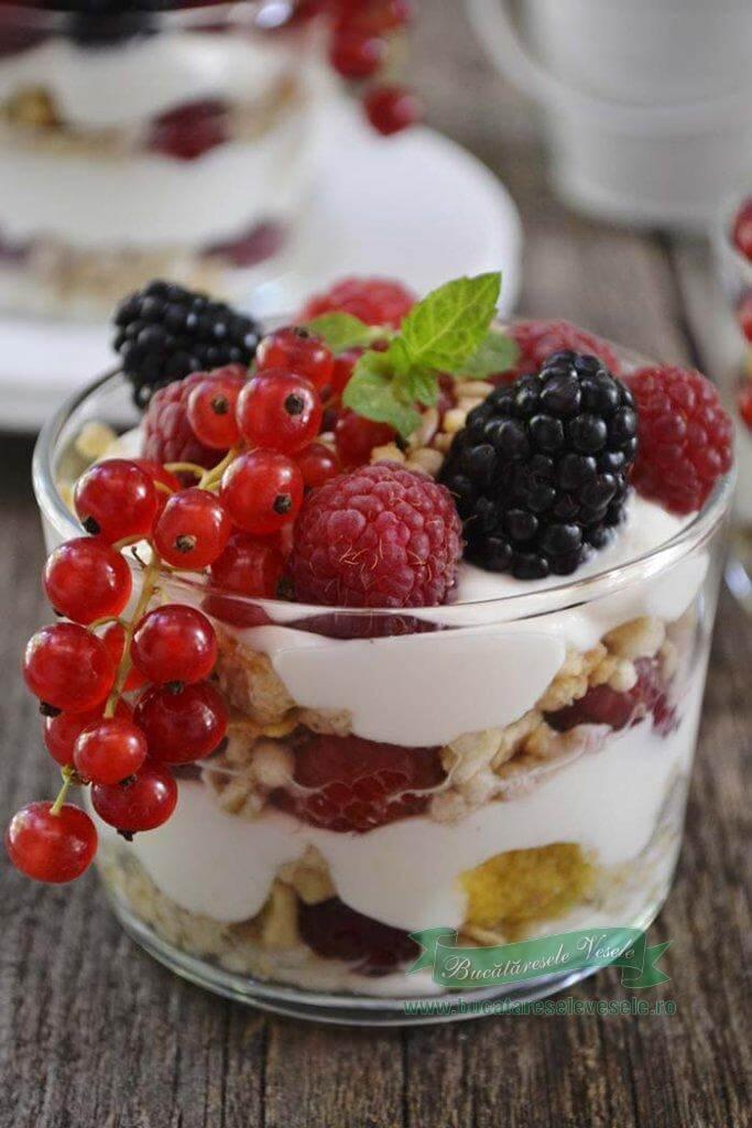 desert cu fructe si crema de branza