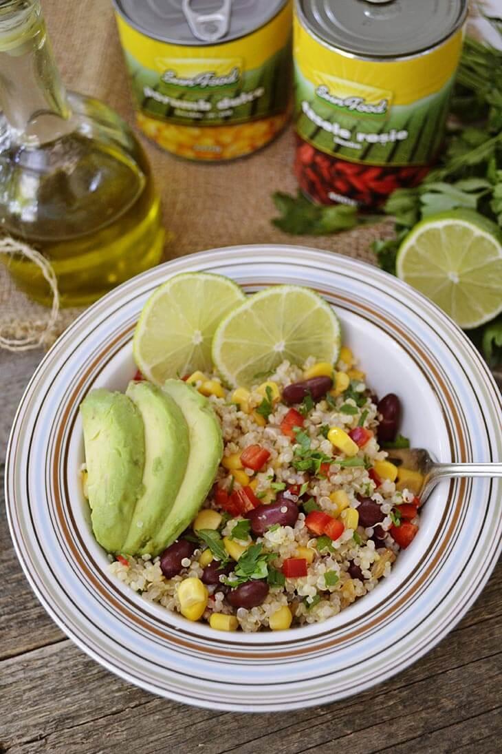 Salata de quinoa cu fasole rosie si porumb dulce