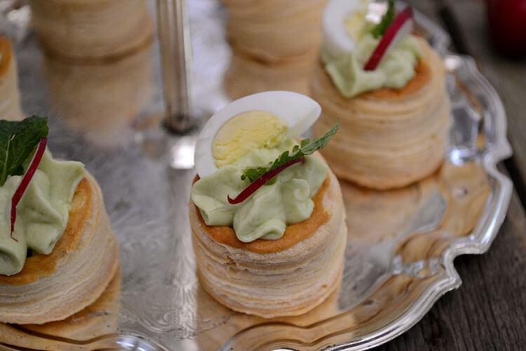 Tartine cu crema de avocado si branza