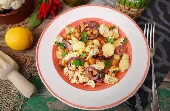 salata cu naut, conopida si sos tahini
