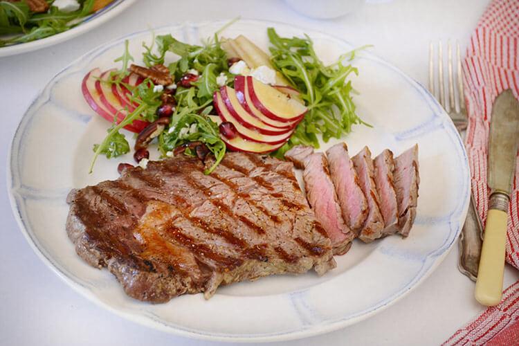 antricot de vita la gratar cu salata