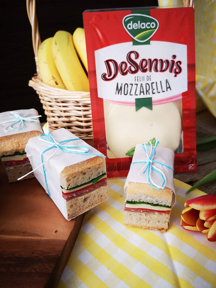 sandvis presat cu mozzarella si ardei copti