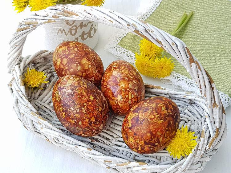 Oua vopsite cu coji de nuca
