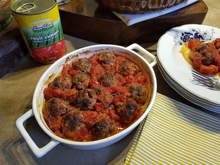 Chiftelute in sos de rosii cu dovlecei