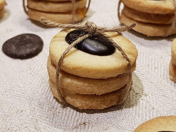Biscuiti fragezi cu banuti de ciocolata