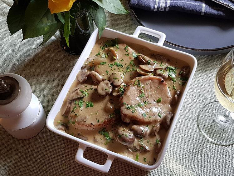 Cotlete în sos de smântână cu ciuperci