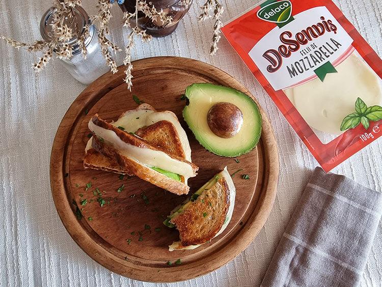 Sandvis cu avocado si mozzarella