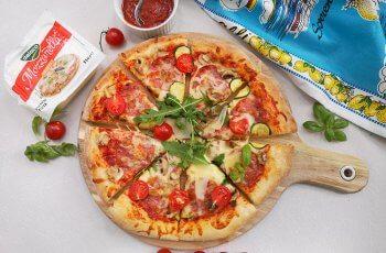 Pizza cu salam si mozzarella